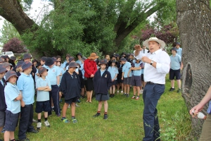 Jonathon Berryman with the children from Crookwell Primary School a lesson in the how and why of willow removal